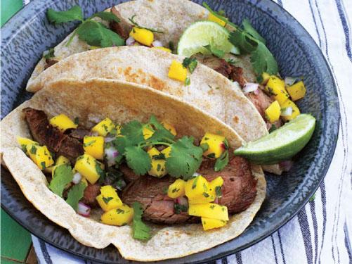 Tacos de carne asada con salsa de mango